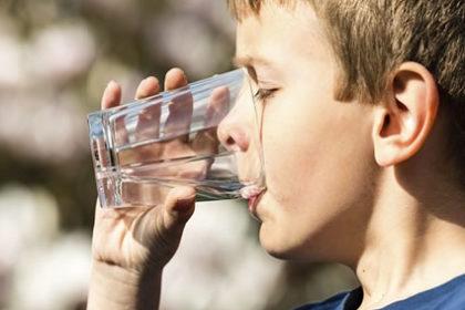 Água é a bebida mais recomendada por pediatras e nutricionistas