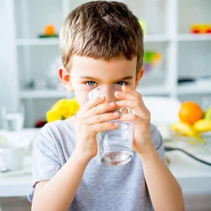 Consumir água pode diminuir risco de sobrepeso infantil