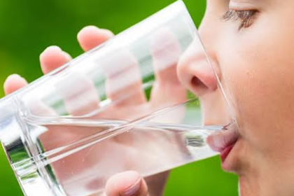 Quais são as funções da água no corpo humano?
